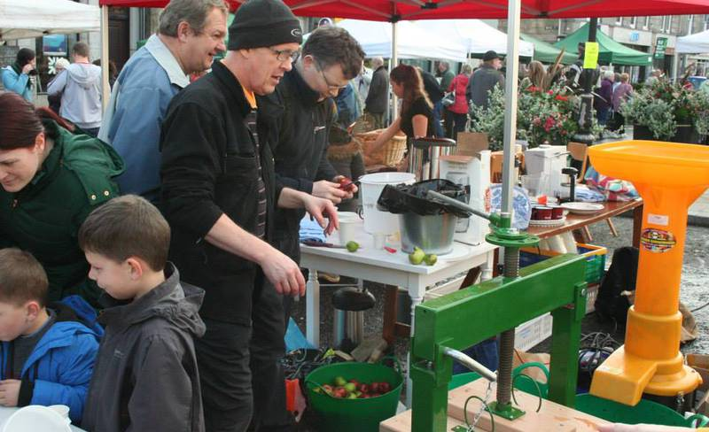 Huntly Page - Apple pressing at the Farmers' Market